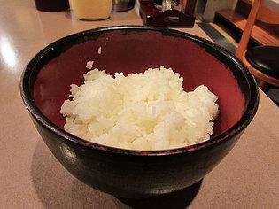 タオの唐揚げ定食の御飯。お代わり無料
