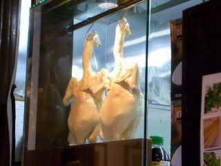 厨房内に鶏肉がぶら下げられてます