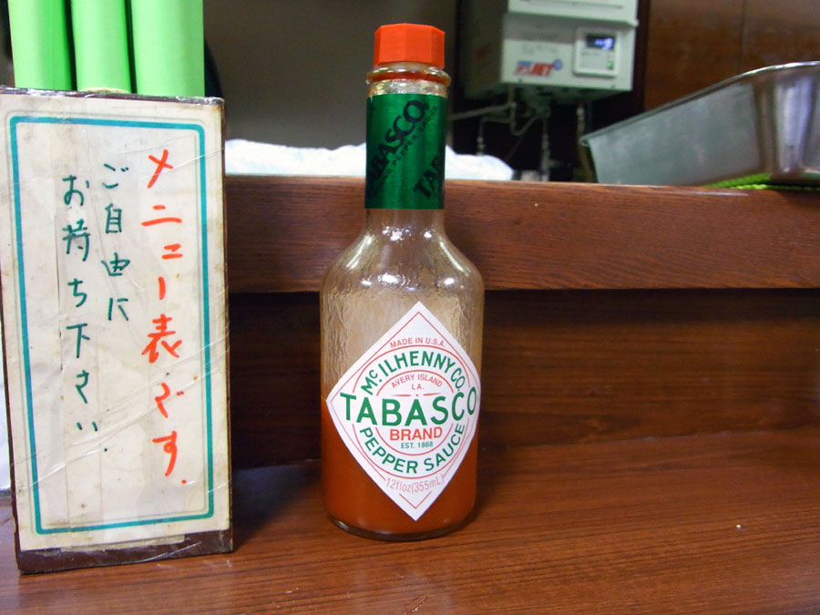 卓上のデカイタバスコのボトル