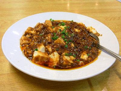 黒々とした辛そうな麻婆豆腐です