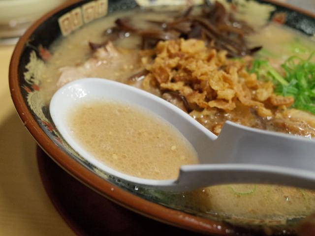 白濁した豚骨スープ