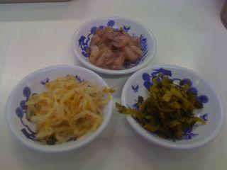 イカの塩辛と漬け物を小皿に取ってみました