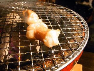 丸腸を網で焼いてます。