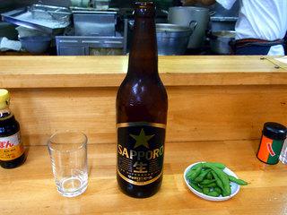 お通しの枝豆とサッポロ瓶ビール