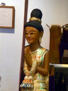 店内に置かれたタイの人形