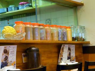 スパイスの入った瓶が並べられてます