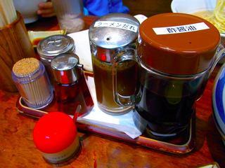 テーブル上の調味料。替玉のときはラーメンのタレで味を整えます