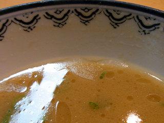 残ったスープの表面が固まりだしてます