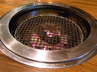 無煙ロースターでお肉を焼きます