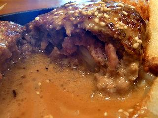 ハンバーグの断面。肉汁じゅわり