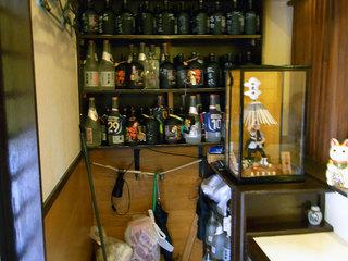 ボトル棚。キープされたボトルも置かれてます