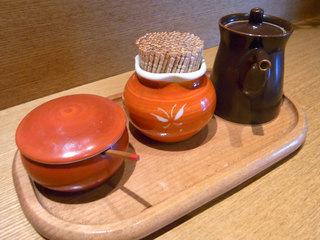 テーブル上の調味料と薬味
