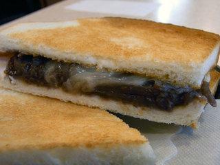 薄いトーストに餡子とチーズが挟まれてます