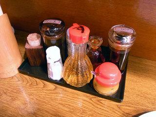 テーブル上の調味料。皿うどんに酢をかけるとサッパリ美味しくいただけます