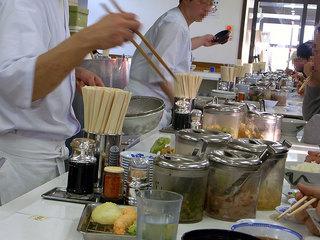 カウンター越しに揚げたて天ぷらを順番に出してもらえます