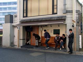 お店の外観。お昼時は行列です