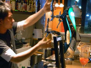 店員さんがビールサーバーからビールを注いでます