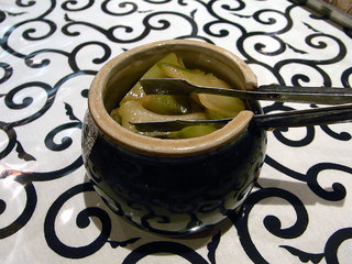 食べ放題の小さい壺に入れられた大判のザーサイ。