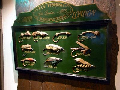 店内の飾り物。釣り竿や釣り針ですね。