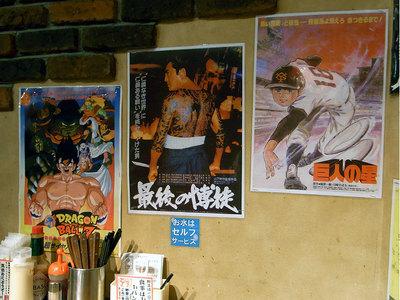 店内は映画のポスターがたくさん貼られてます。