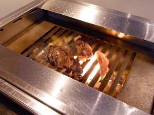 無煙ロースターで焼肉を焼いてます。