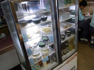 小鉢、サラダなどはコチラの冷蔵庫から。
