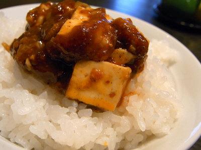 ごはんにのせた麻婆豆腐。