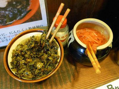 卓上の食べ放題の辛子高菜と紅ショウガ