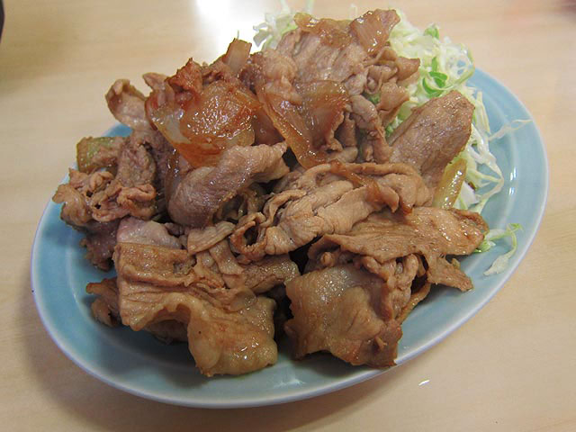 楕円の皿に盛られた生姜焼きは肉の大きさもマチマチ