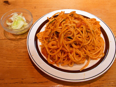 スパゲッチにはキャベツの酢漬けが付いてる。