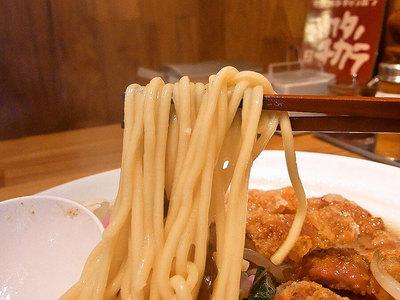 麺は、博多ちゃんぽん麺にしては少し細め。
