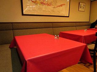 赤いテーブルクロスのテーブル席