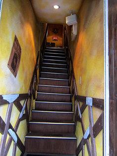 2階に登る狭い階段