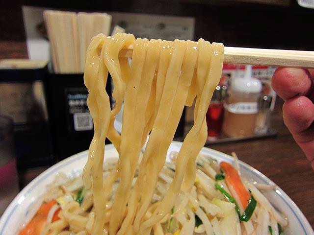 黄色味を帯びたウェーブのかかった平打ちの麺