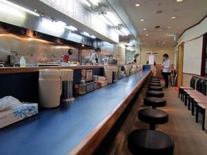 ちん川崎店の店内はカウンター席がほとんど
