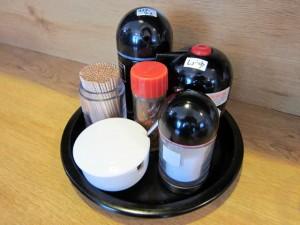 卓上の塩、カラシ、ウスターソース