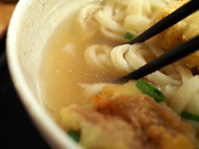 透明感のあるうどんのスープ