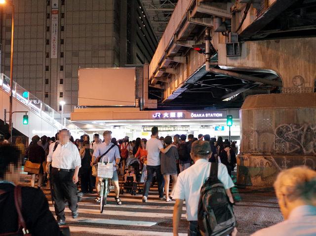 人であふれる大阪駅前の横断歩道
